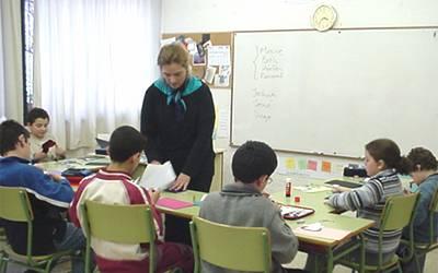 escuela_maestra_con_alumnos_400x250