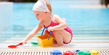 freibad-kleine-kinder-sollten-nicht-zu-lange-im-wasser-plantschen
